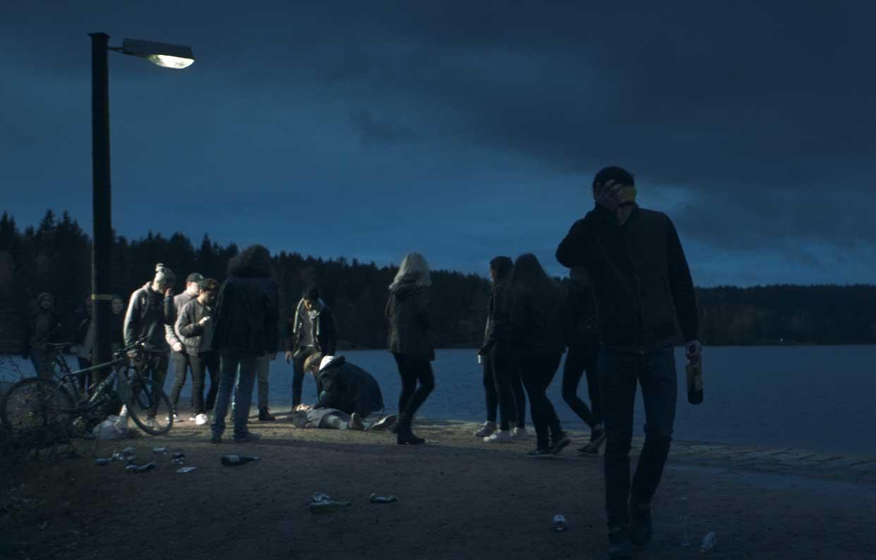 Foto till texten 'Ikke kjøp alkohol til mindreårige' på Vinmonopolets webbplats (foto: Einarfilm).